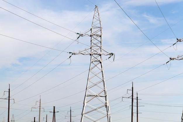 푸른 하늘의 배경에 금속 구조와 전기 라인