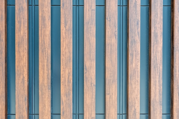 The metal surface of the wall is decorated with decorative wooden slats as a natural background