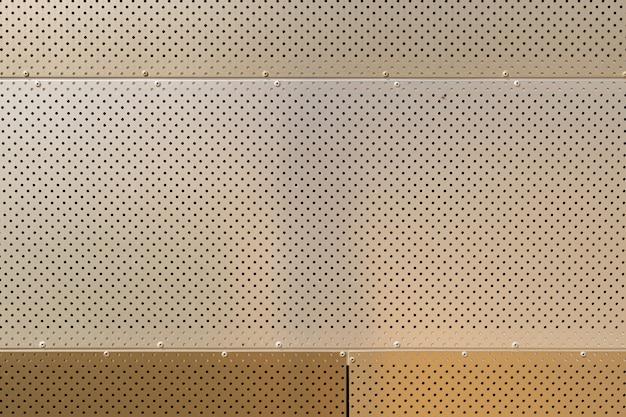 둥근 개구부가있는 다른 밝은 색조의 금속 표면