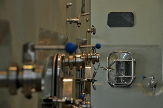 製造時のワイン発酵用の金属タンク