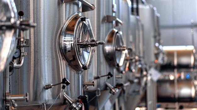 Металлические цистерны с пивом на пивоварне