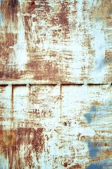 Металлическая фактура, ржавый металл с отслаивающейся краской, куски металла со сварными швами. фон, копия пространства.