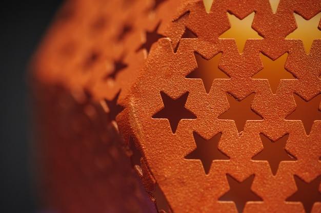 별 배경의 형태로 구멍을 가진 금속 질감 프리미엄 사진