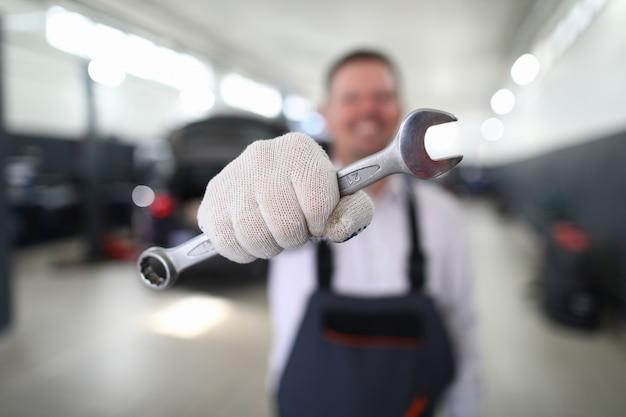 손상된 자동차를 수리하는 금속 도구