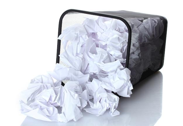 Металлическая корзина для мусора из бумаги на белом