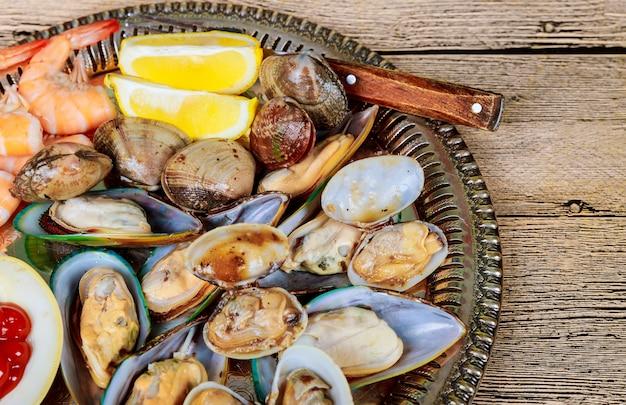 グリーンムール貝のソースとレモンのメタルトレイ