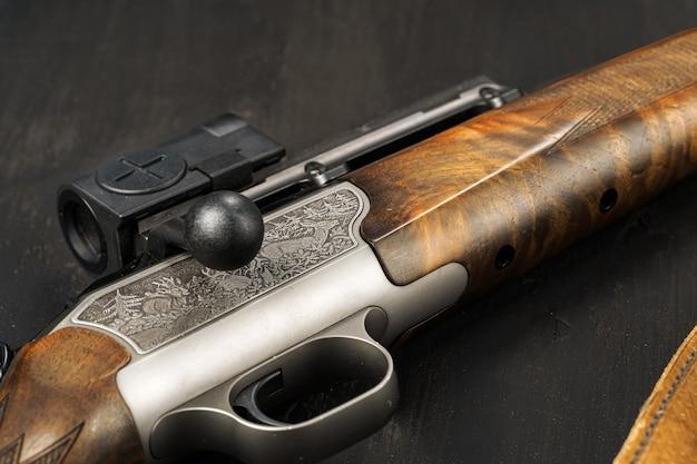 블랙에 사냥 총에 금속 방아쇠