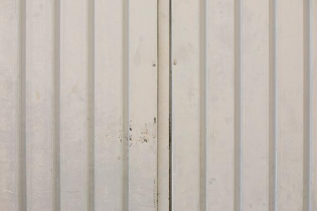 線と塗料で金属製の壁