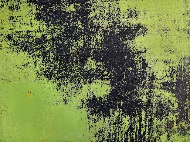 古い緑色のペンキで金属の壁。グランジ背景。高品質の写真