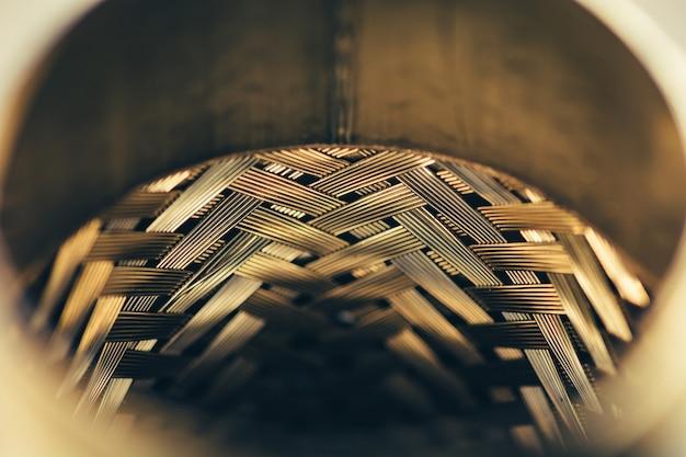 Металлическая плетеная поверхность. стальная текстура. шаблон.