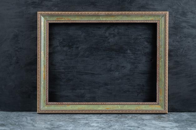Cornice metallica isolata su sfondo opaco