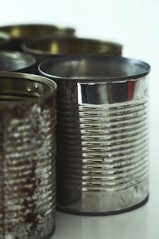 白の金属製の瓶