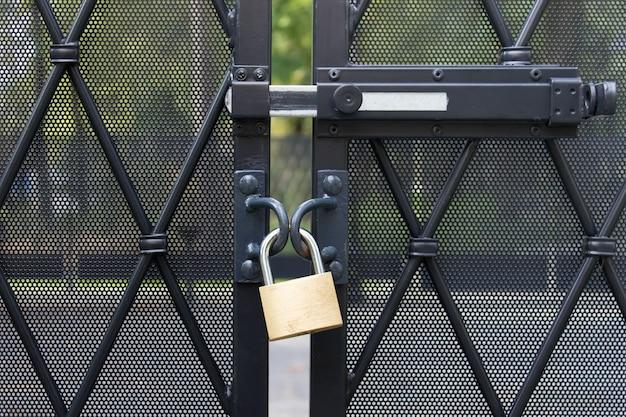 侵入しないようにフェンス保護エリアにぶら下がっている金属製の南京錠