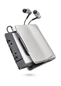 이어폰 및 카세트 테이프가 흰색 표면에 절연 금속 휴대용 플레이어