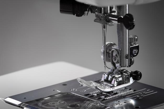 Металлическая лапка для швейной машины.