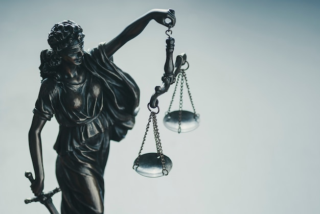Серебряная металлическая статуя правосудия с весами