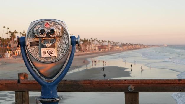 금속 고정식 전망대 뷰어, 해안가의 오래된 쌍안경, 미국 캘리포니아 오션사이드 부두. 레트로 빈티지 해변가 동전 운영 망원경, 바다 해안 전망, 여름 바다 해변 전망대