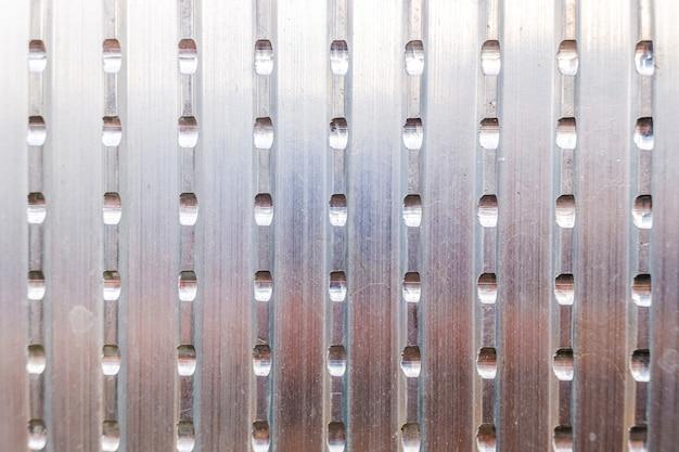 産業背景として使用するためのスリット付きアルミニウム板の金属テクスチャ。