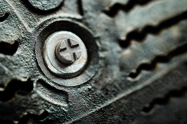 겨울 초호화 자동차 타이어의 고무에 금속 가시를 닫습니다. 매크로 사진
