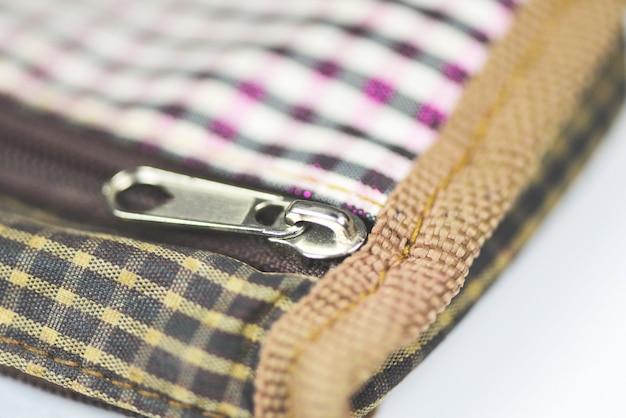 Металлическая застежка-молния для одежды - открытая молния на сумочке