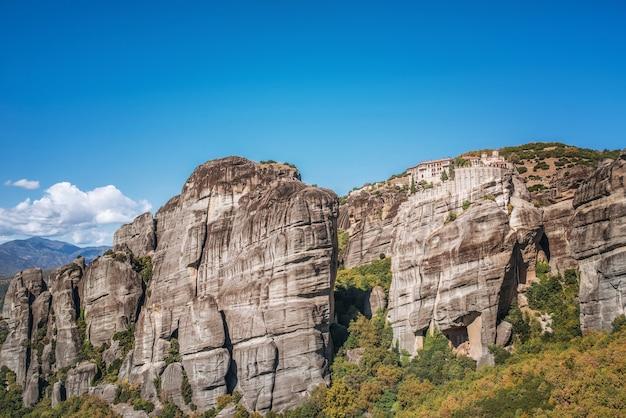 Монастырь метеоры. остров корфу в ионическом море. греция. вид на красивый пейзаж монастырь метеоры в солнечный день, голубое небо без облаков.