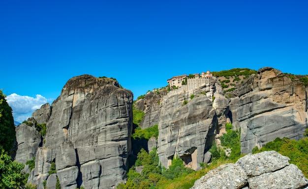 Монастырь метеоры в горах корфу с зеленью.