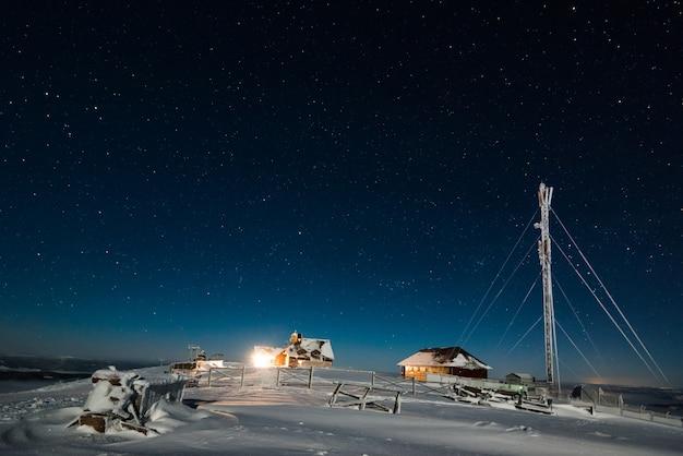 Метеорологическая или туристическая станция в ночное время