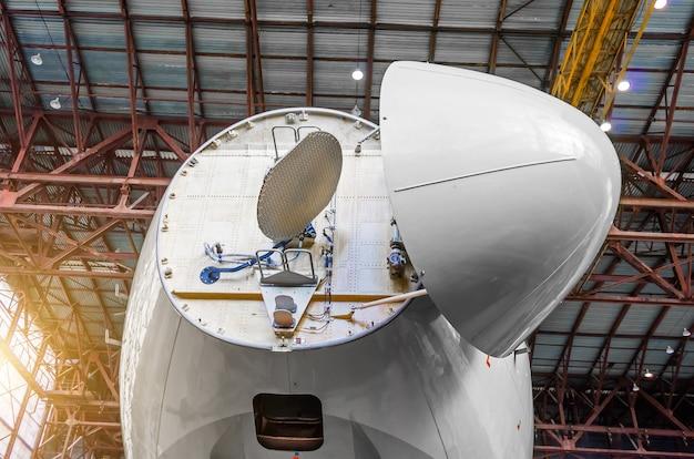 コックピットから航空機の機首の下にあるドップラーの気象レーダー。
