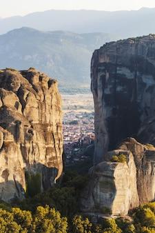 일몰, 배경에 높은 산에서 그리스의 유성 수도원