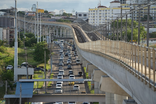 Метромост и пробка на шоссе в панама-сити. транспортная концепция. фото высокого качества
