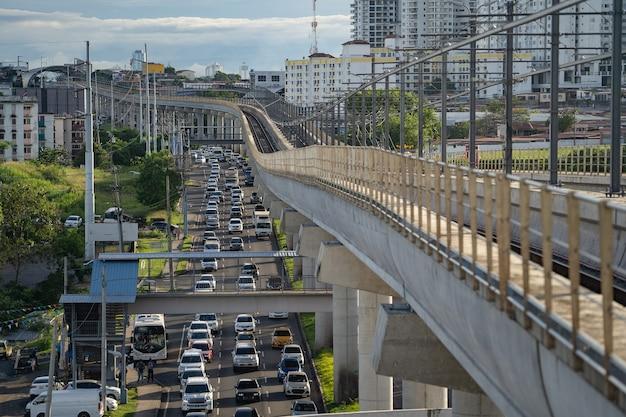 Мост метро и пробка на шоссе в концепции транспорта панамы