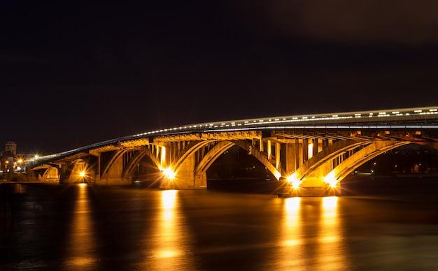 ウクライナ、キエフのドニエプル川に架かるメトロ橋
