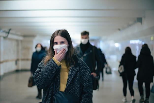 지하철 승객은 안전한 거리를 걷습니다. 도시의 코로나바이러스