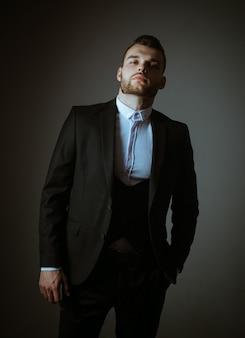 メトロセクシャル。スーツを着たエレガントな男。普通のスーツを着た現代人。男性のファッション。古典的なスーツシャツの男。ビジネスに自信があります。ハンサムな深刻な男性モデルの肖像画。野心と個性、成功
