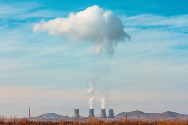 アルメニアの高い山々に囲まれたmetsamor原子力発電所