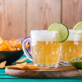 라이트 맥주와 라임 주스를 곁들인 멕시코 알코올 칵테일 chelada