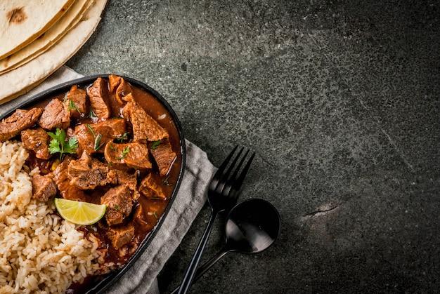 멕시코와 미국 전통 음식. 토마토, 향신료, 후추와 함께 쇠고기 스튜-칠레 콜로라도
