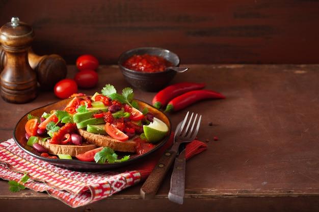 メキシコのアボカド豆のサンドイッチ、トマトチリネギ