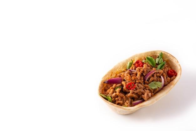 牛肉、唐辛子、トマト、タマネギ、白い背景で隔離のスパイスとメキシコのバルキタタコス