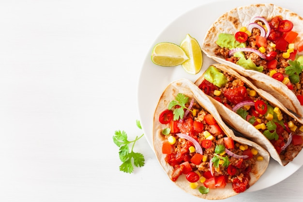 メキシコの牛肉と豚肉のタコス、サルサ、ワカモレ、野菜