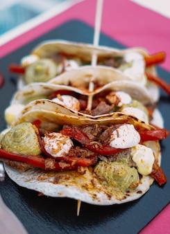 과카몰리를 곁들인 멕시코 쇠고기 파히타