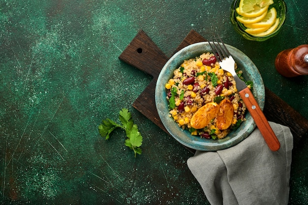 メキシコの黒豆コーンキノアサラダ、古いヴィンテージの粘土ボウルにキャラメリゼしたレモンを添えて