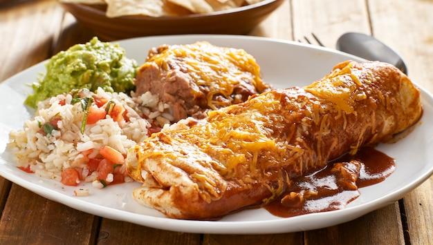 メキシコのブリトー盛り合わせ、赤エンチラダソース、揚げ豆、ご飯、ワカモレ