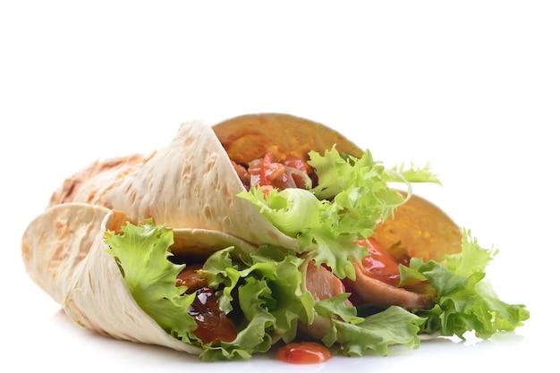 白い背景に鶏肉と野菜のメキシコのブリトー