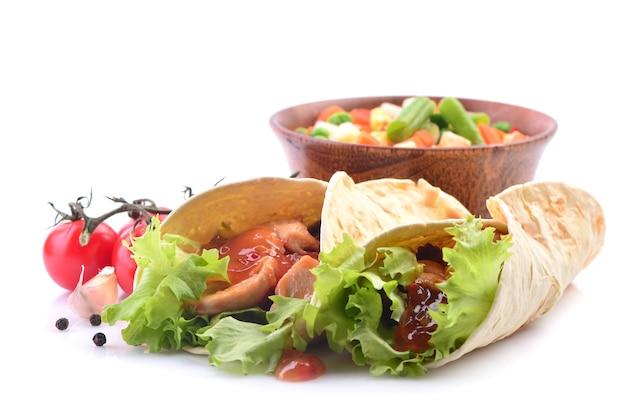 Мексиканский буррито с курицей и овощами на белом фоне