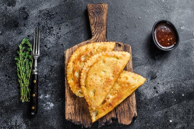 쇠고기 고기와 함께 멕시코 칠레 음식 튀긴 엠파 나다 파이