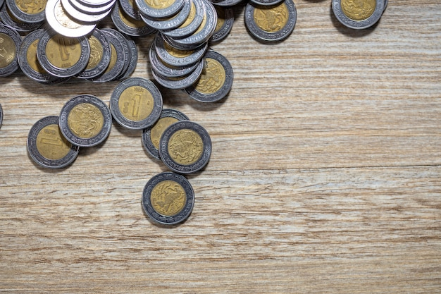 Мексиканские монеты на деревянной поверхности