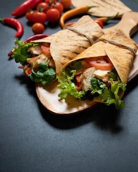 구운 닭고기와 신선한 야채를 곁들인 멕시코 옥수수 토르티야 랩