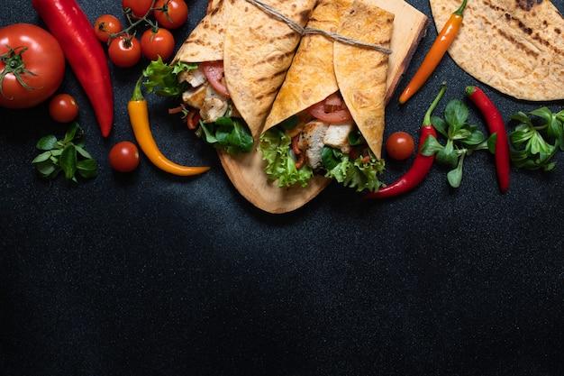 구운 닭고기를 곁들인 멕시코 옥수수 토르티야 랩