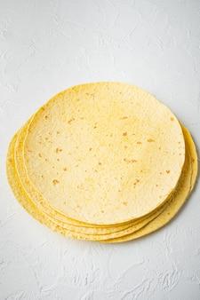 白いテーブルの上にメキシコのコーントルティーヤ